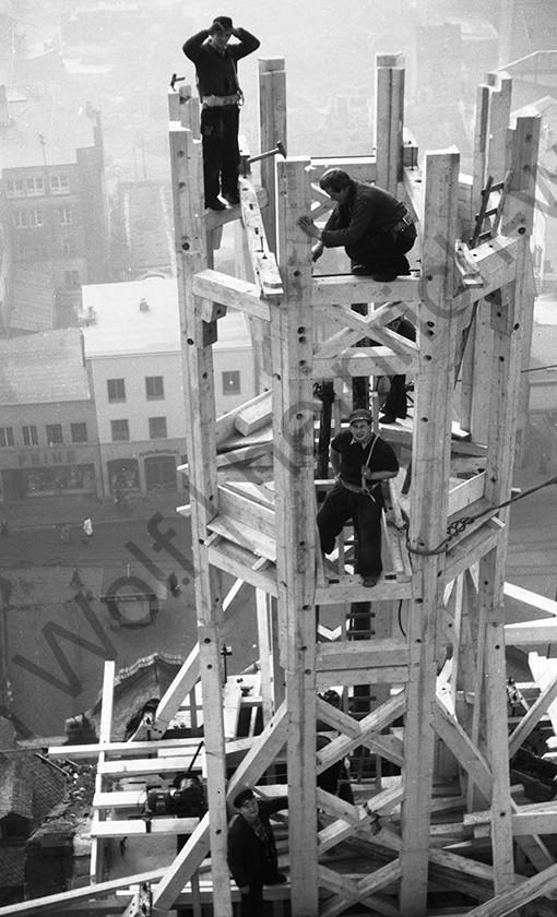 Liebfrauenkirche: Die Zimmerleute errichten den ersten Turm, Heinrich Wolf Fotograf Archiv Koblenz
