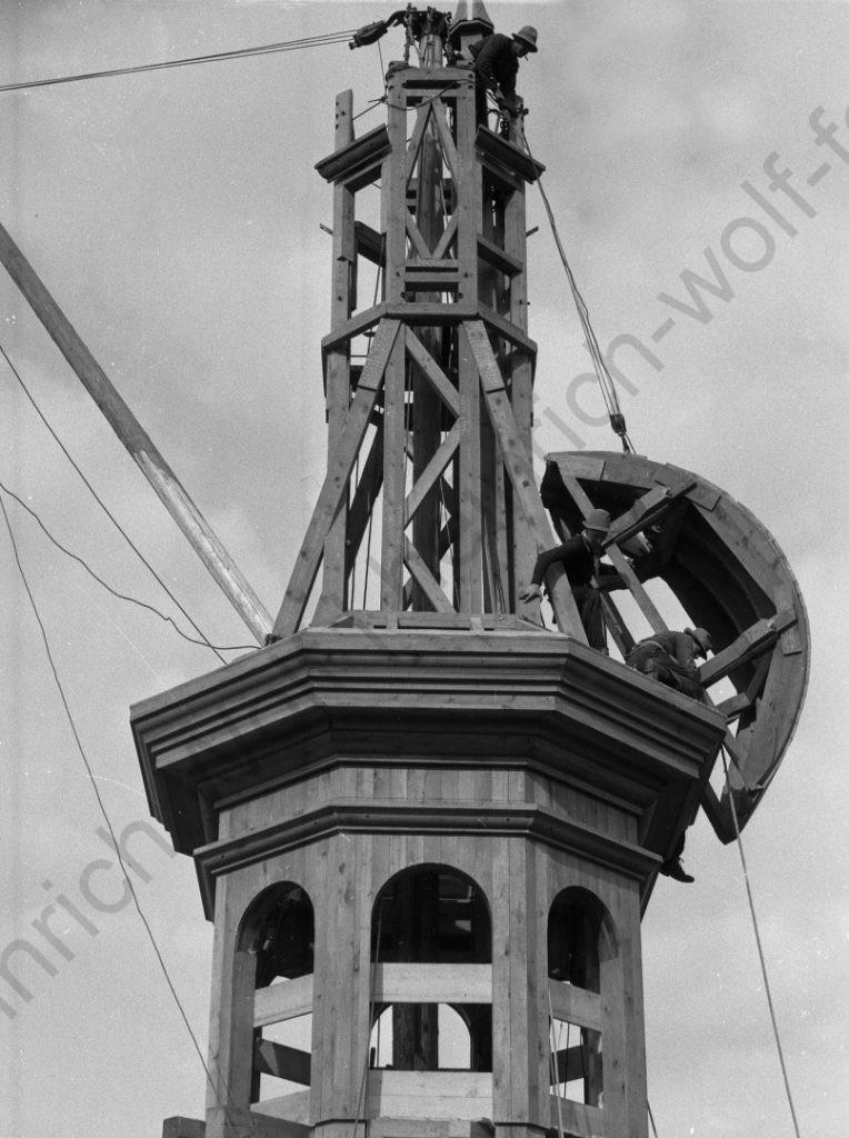 Liebfrauenkirche: Die erste Zwiebelkonstruktion wird hoch gezogen, Heinrich Wolf Fotograf Archiv Koblenz