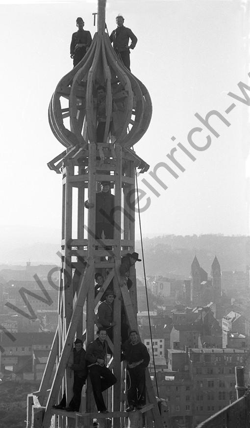 Liebfrauenkirche: Stolz zeigen sich die Zimmerleute, Heinrich Wolf Fotograf Archiv Koblenz