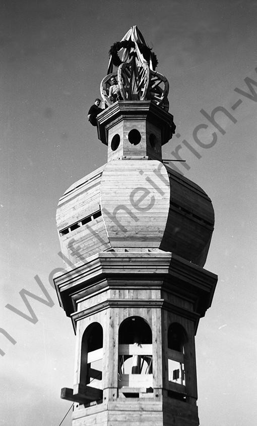 Liebfrauenkirche: Der Kranz an der Spitze ist angebracht, Heinrich Wolf Fotograf Archiv Koblenz