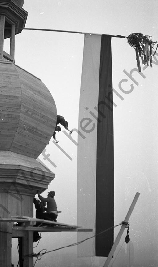 Liebfrauenkirche: Die Fahne ist an der Spitze angebracht, Heinrich Wolf Fotograf Archiv Koblenz