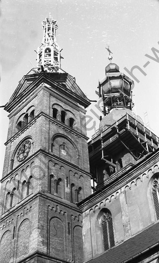 Liebfrauenkirche: Blick nach oben auf die noch unfertigen Zwiebeltürme, Heinrich Wolf Fotograf Archiv Koblenz