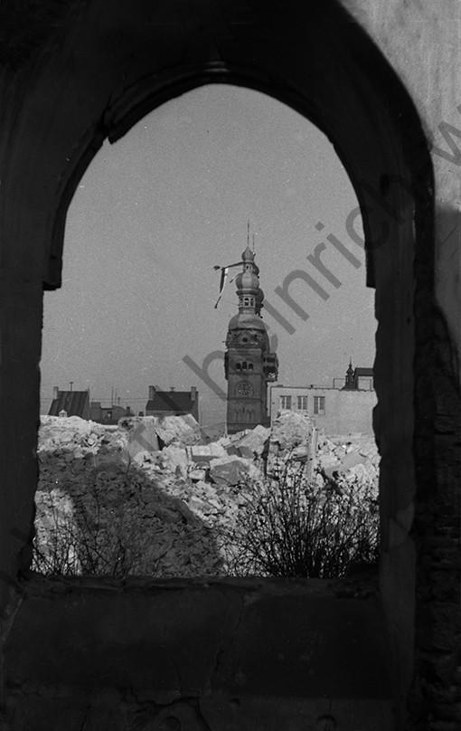 Liebfrauenkirche: Blick über die Trümmer von Koblenz auf die fertigen Türme, Heinrich Wolf Fotograf Archiv Koblenz