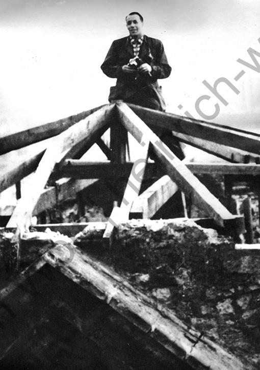 Liebfrauenkirche: Heinrich Wolf auf dem Turm beim fotografieren, aufgenommen wohl von Fritz Heidger, Heinrich Wolf Fotograf Archiv Koblenz