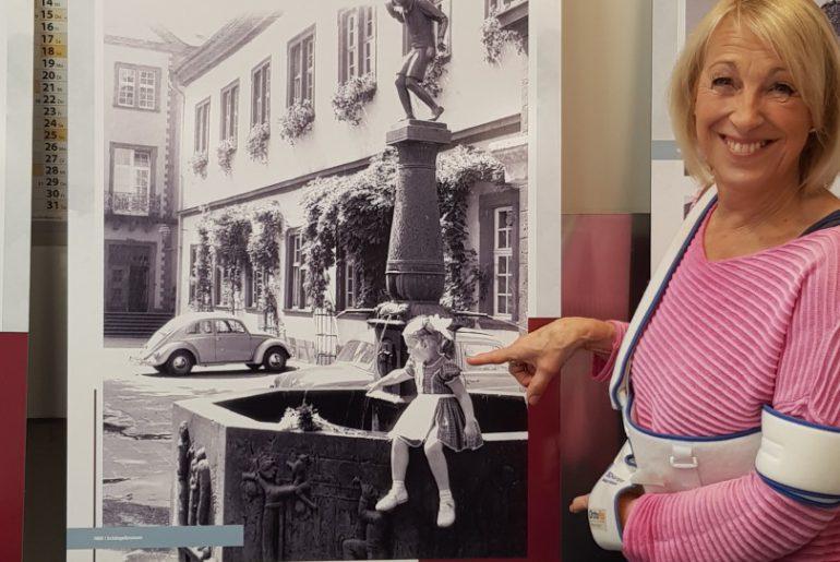 Beatrix Wolf erkennt sich selbst auf einem Foto ihres Vaters Heinrich Wolf, das Ende der 1950-er Jahre am Schängelbrunnen in Koblenz aufgenommen wurde, wieder.