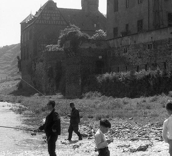 Gondorf, Vor dem Wasserschloss von der Leyen,1960, Heinrich Wolf Frühling an der Mosel