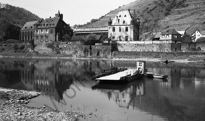 Gondorf, Fähre vor dem Schloss von der Leyen, 1960, Heinrich Wolf Frühling an der Mosel