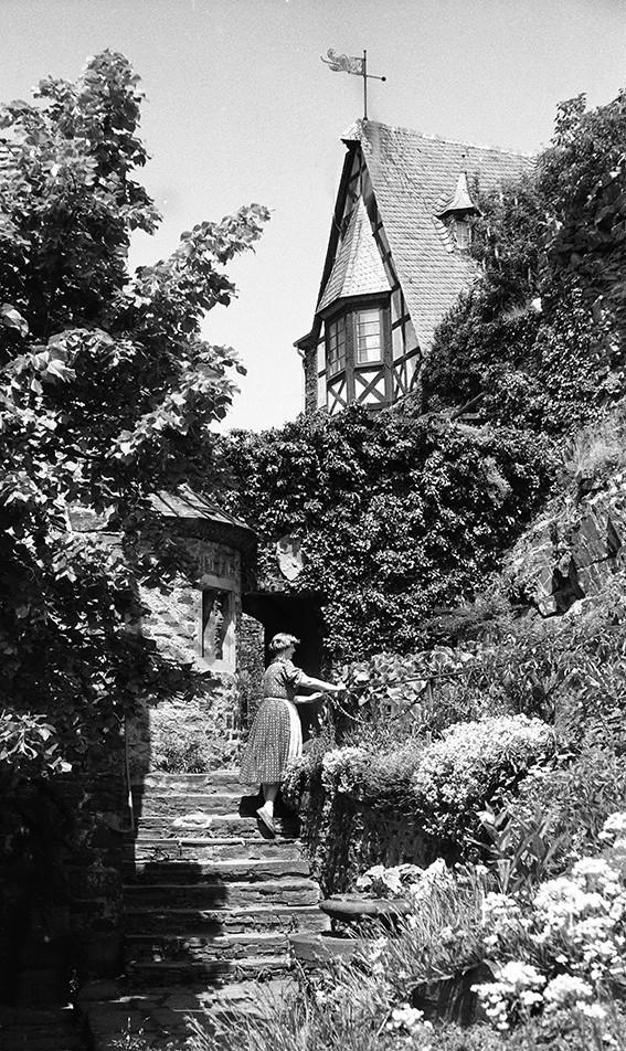 Alken, Burg Thurant vor dem Burghof, 1954, Heinrich Wolf Frühling an der Mosel