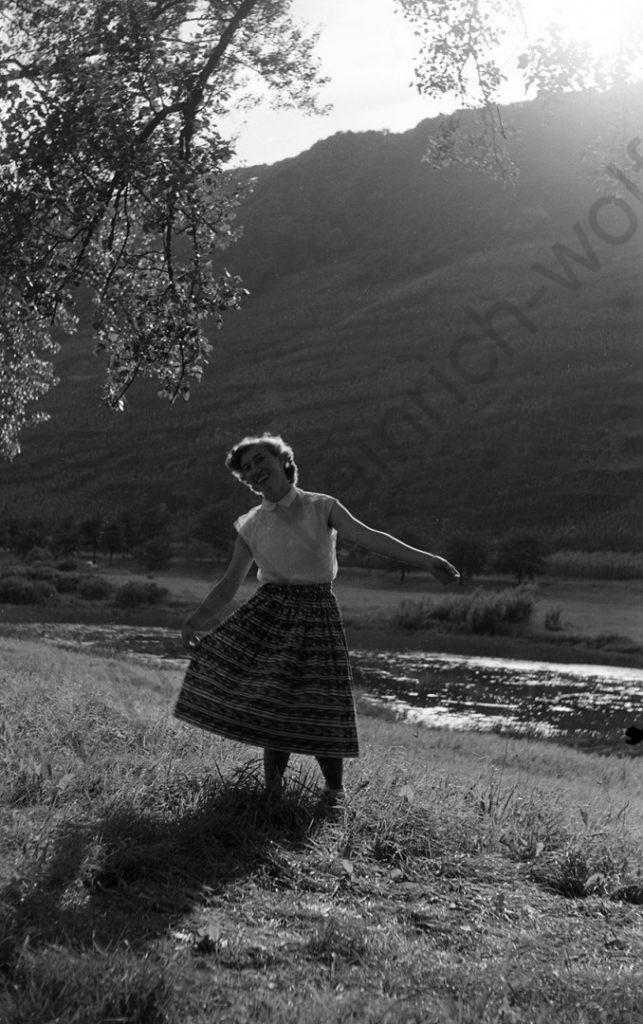Lehmen, frisch verliebt am Moselstrand, seine spätere Ehefrau Elisabeth Lux, 1953, Heinrich Wolf Frühling an der Mosel