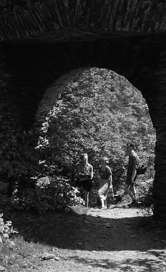 Brodenbach, an der Ehrenburg, seine guten Freunde Annetrude und Kurt Eitelbach und Paul Panschysz ,1952, Heinrich Wolf Frühling an der Mosel