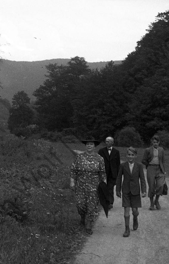 Moselkern, seine Eltern Gertrud und Peter und die Brüder Fritz und Klaus auf dem Weg zur Burg Eltz , 1942, Heinrich Wolf Frühling an der Mosel