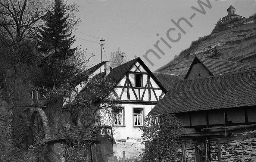 Kobern,Burgmühle mit Mühlrad und Blick auf die Matthiaskapelle, 1958, Heinrich Wolf Frühling an der Mosel