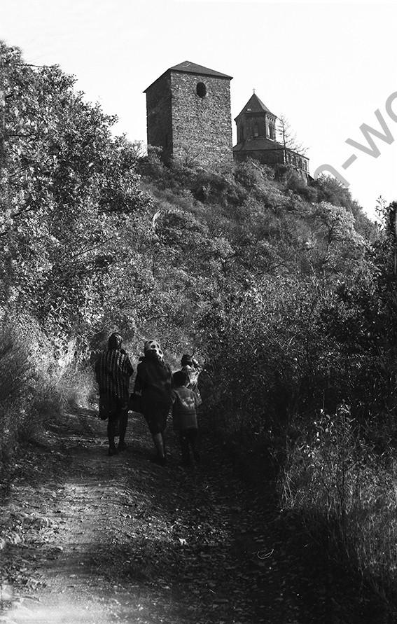Kobern, Weg zur Matthiaskapelle, 1966, Heinrich Wolf Frühling an der Mosel